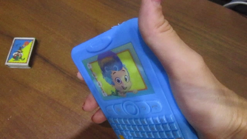 Телефон с меняющейся картинкой. С двумя героями Гуппи и пузырики.