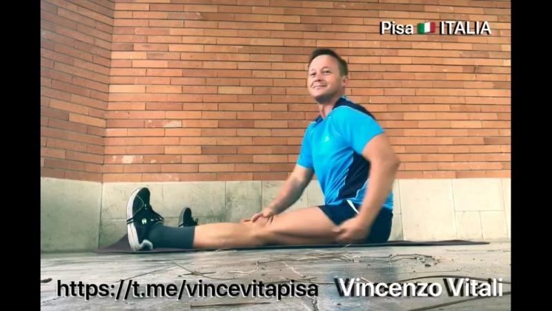 Stretching delle gambe della schiena sul tappeto. Растяжка ног и спины на коврике