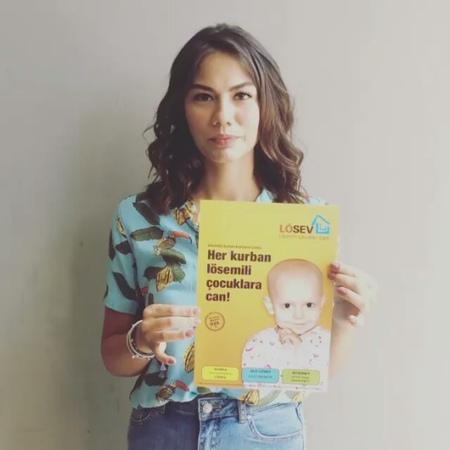 Magazin Mahallesi on Instagram ✒Demet Özdemir'den mesaj var demetözdemir oyuncu demetozdemir erkencikuş videoklip herkurbanlosemili
