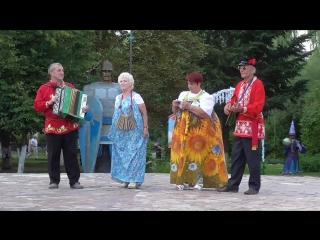 Народные музыканты играют и поют частушки в парке, 4 августа 2018 года