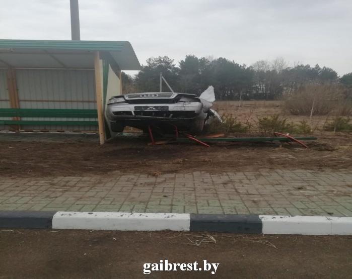 В результате ДТП водитель столкнулся с... остановкой общественного транспорта