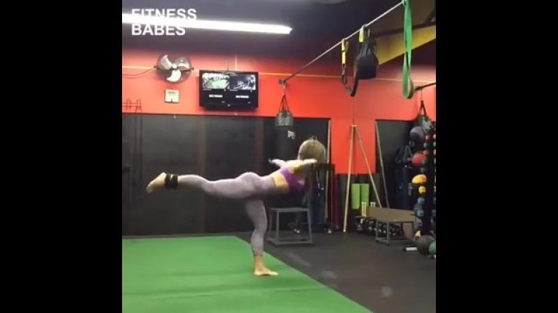 Девочка круто тренируется