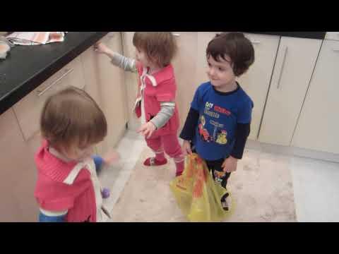 Тройняшки помогают маме Triplets helpers Aide aux triplés