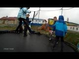 Дети прыгают на Батуте. Клуб - Тэнгу Про Подготовка бойца Кёкусинкай карате - на Страусиной ферме