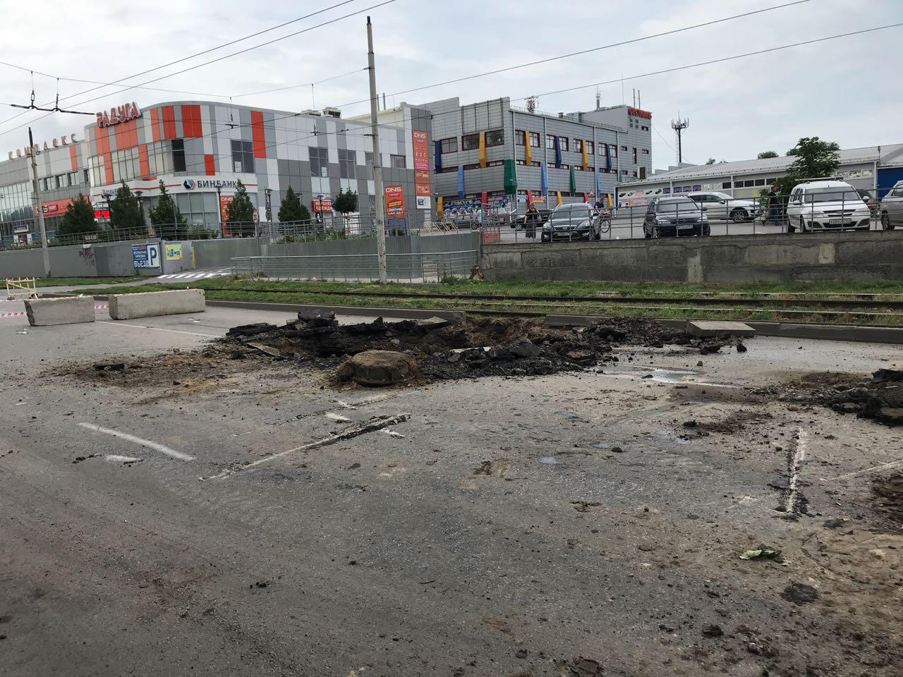 В центре Таганрога в районе «Радуги» прорвало напорный канализационный коллектор, движение перекрыто
