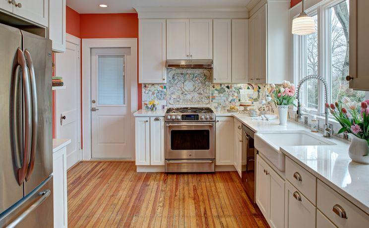 Если вы думаете из чего сделать фартук на кухне, то вот вам вариант – из старой или ненужной посуды и остатков керамической плитки!