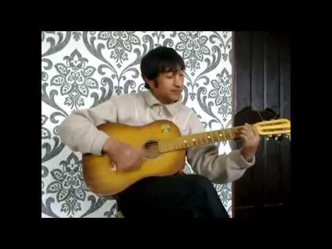 Узбек поет под гитару