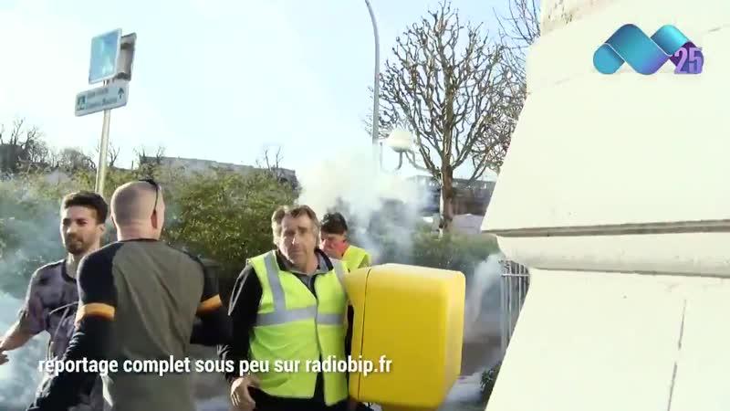 ACTE XX BESANCON COUPS DE MATRAQUE DUN POLICIER A LA TETE DUN GILET JAUNE PACIFIQUE