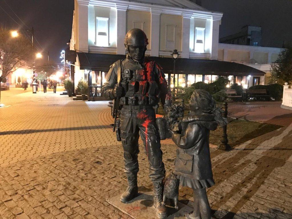 Памятник «Вежливым людям» в Симферополе осквернил гражданин Украины