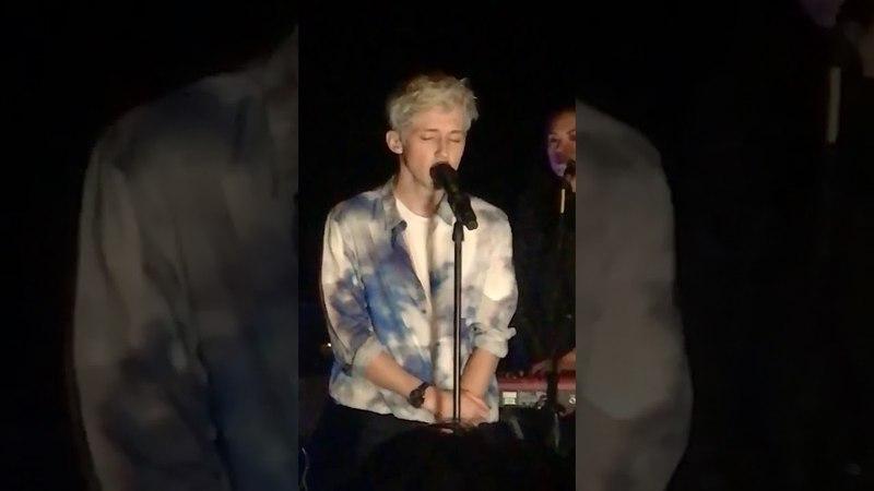 Adam Lambert watching Troye Silvan singing - Bloom - 16082018