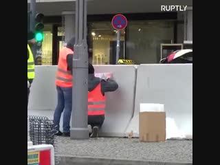 ტერორიზმით შეშინებულ მულტიკულტურულ გერმანიაში საშობაო ბაზრობები დამცავი ღობეებით შემოსაზღვრულ სამხედრო ბანაკებს უფრო ჰგავს