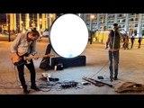Уличные музыканты играют этно медитативная музыка на гитаре и флеи
