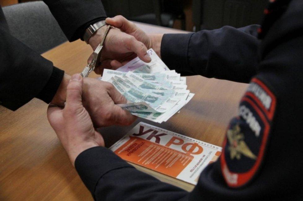 22 марта начальник отдела по вопросам миграции ОМВД по Валуйкам и Валуйскому району получил 200 тысяч рублей.