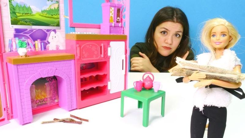 Oyuncak bebek Barbie şömine yakmak istiyor. Kız oyunları