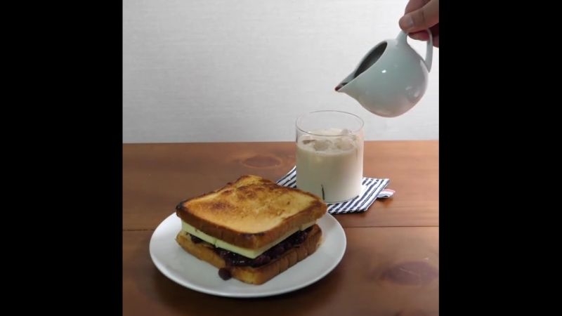 두유 라떼와 앙버터 샌드위치