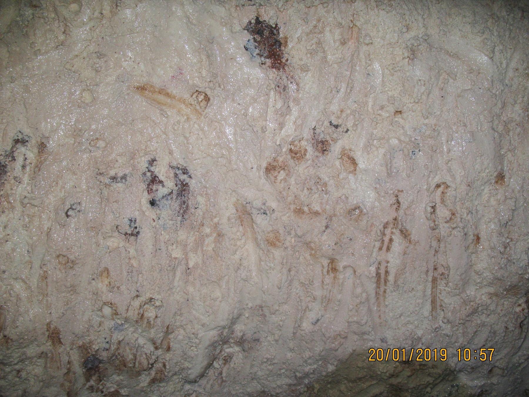 Стены измазаны белой глиной - первая интересность и совсем недалеко от входа!