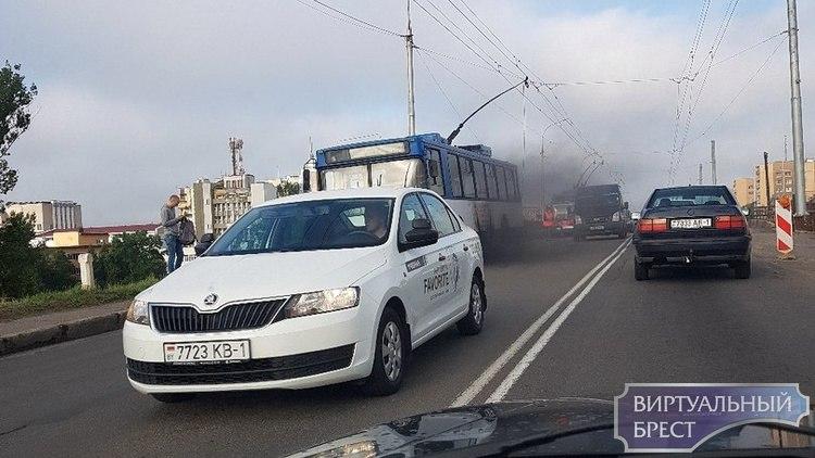 Утром на Кобринском мосту дымился троллейбус