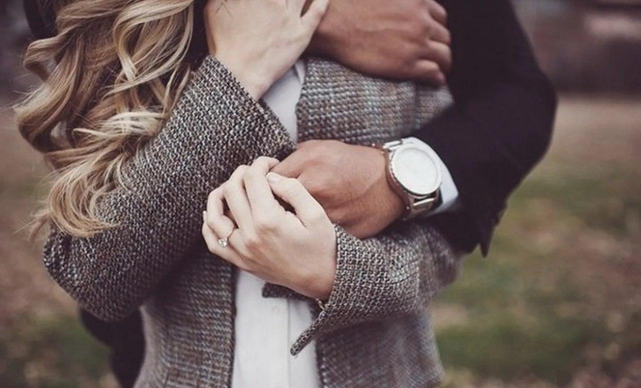 Картинки мужчина обнимает женщину со спины без лица, открытки