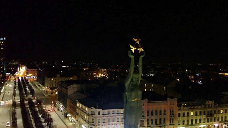С вверху Монумента Незовисимости Латвии