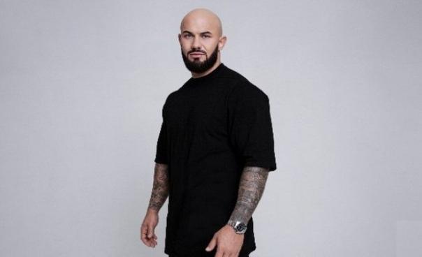 Джиган Джиган (настоящее имя Денис Александрович Устименко-Вайнштейн) – популярный украинский и российский хип-хоп исполнитель, рэпер, артист Black Star Incorporated, бывший чемпион Украины и