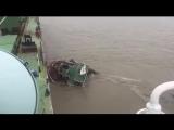 Люди спасаются с тонущего корабля.