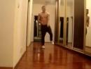 красивый парень классно танцует