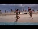 In questa spiaggia dei Caraibi succede quello che non vedrete da nessuna altra parte
