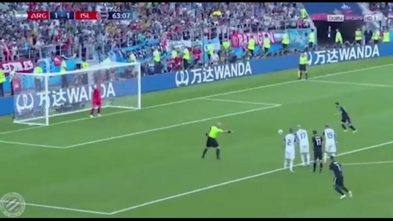 Исторический момент - вратарь сборной Исландии отбивает пенальти Месси.