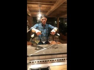 Дженсен разливает вино по бокалам (из истории Бевин Принц на Инстаграме)