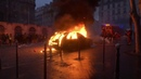 Des casseurs mettent le feu à une Porsche sur la place Saint-Augustin