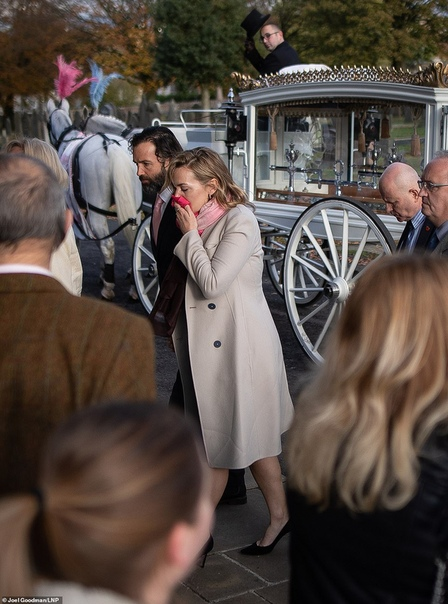 Кейт Уинслет зарыдала на похоронах девушки, жизнь которой она не смогла спасти Джемма узнала, что больна раком, во время беременности и отказалась от химиотерапии. Джеммы Наталл не стало в