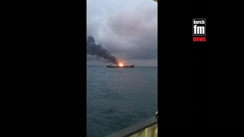 Под Керчью в море горит танкер