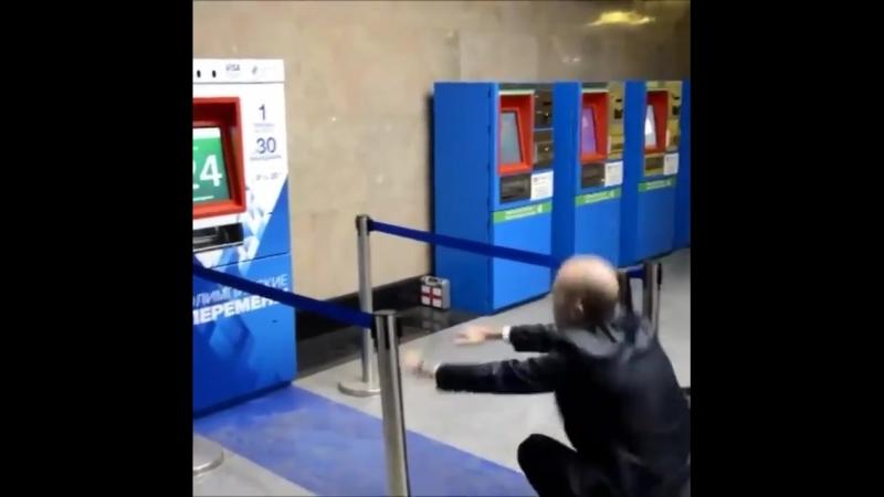В московском метрополитене установили терминал, выдающий билет на один проезд за 30 приседаний. Хмм... недурно...😊