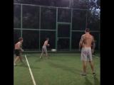 Александр Усик гоняет в футбол с молодым поколением