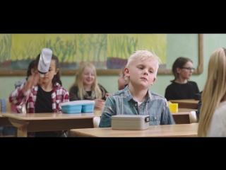 Доброта (Социальный ролик, как дети делятся едой с голодным одноклассником!).