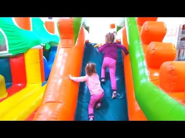 Ника и Майя прыгают на батуте на детской площадке Детский развлекательный центр Катаемся с горки