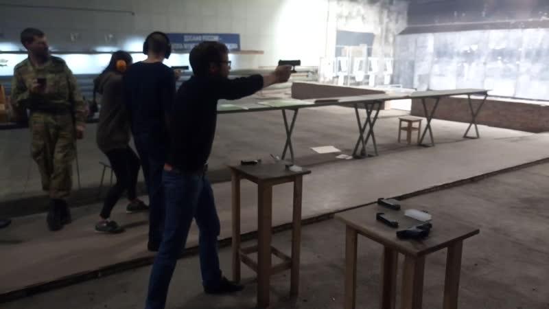 Друг Евгений упражняется в стрельбе из пистолета Вальтер