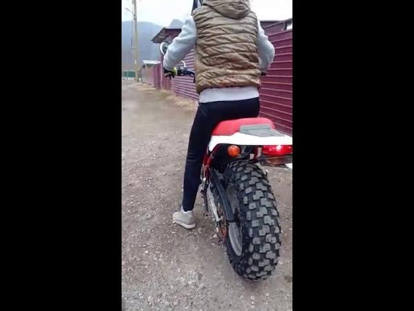 Девушка на мотоцикле чуть не въехала в стену. Бернаут от бога😂 Yamaha TW 200 кубиков магги суп мм..