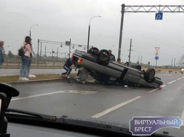 В Бресте на Варшавском шоссе перевернулся автомобиль