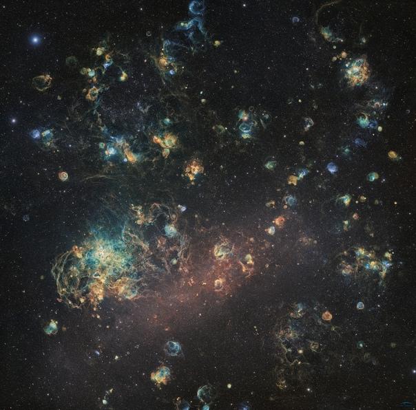 Группа французских астрофотографов-любителей под названием Ciel Austral (Южное Небо поделилась 240-мегапиксельным изображением Большого Магелланова Облака