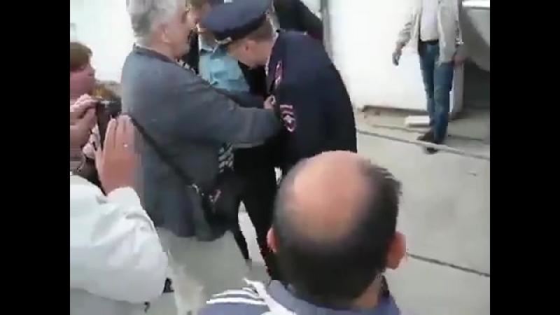 Полицейский артистично упал от прикосновения деда, которого пришел выселять