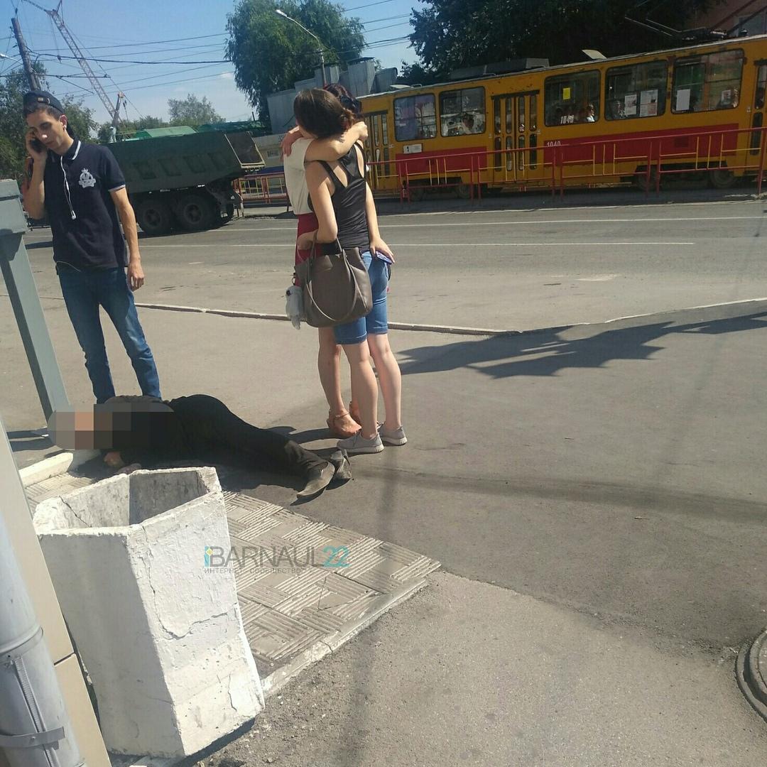 В Барнауле мужчина упал на проезжей части и умер