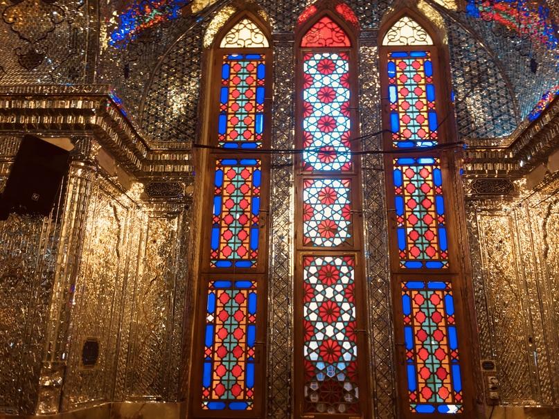 Пасаргад Персеполис Шираз. Цветные витражи добавляют цветов в окружающее буйство света