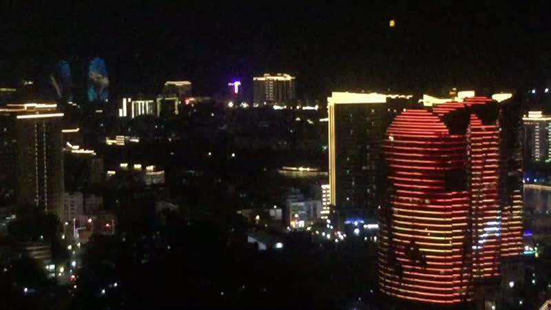 Вид на ночной город Санья вечером