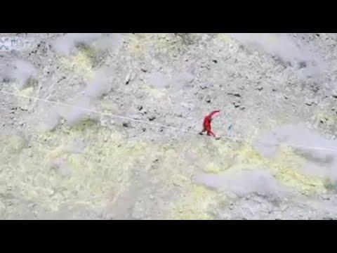 Над действующим вулканом в Перу экстремал прошёл по троссу