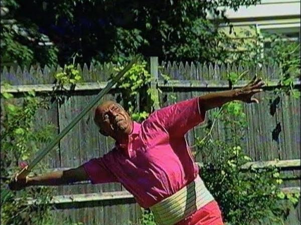 Шри Чинмой тренируется в метании копья