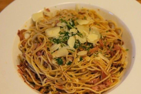 Спагетти с ветчиной и грецкими орехами