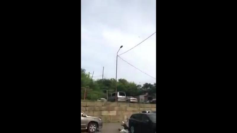 Владивосток Местный житель решил проползти по проводам от одного дома до другого, но силы покинули его и он убился с высоты 9-ог