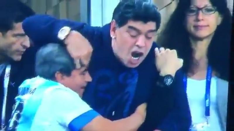 Fußball WM 2018 Maradona zeigt im Moment des Siegtreffers völlig enthemmt einen doppelten Stinkefinger