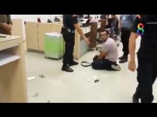 Thaïlande. Voilà encore un arabe ivre qui foute le bordel à l'aéroport. Il part direct au gnouf en attendant de passer devant